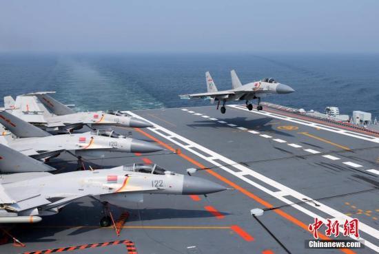 歼-15舰载战斗机在辽宁舰阻拦着舰。 <a target='_blank' href='http://www.chinanews.com/'>中新社</a>记者 李唐 摄