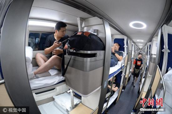 """2017年7月1日21时16分,北京,随着D311次列车从北京南站准点驶出,开往上海站,我国新型卧铺动车组正式上线投入运营。据了解,该卧铺动车组采用全新设计,每个铺位都是""""包间"""",将为旅客带来更舒适的乘坐体验。 张进刚 邓旺强 摄 图片来源:视觉中国"""