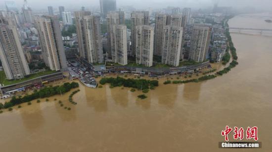 7月3日,因受连日暴雨影响,广西柳江河柳州段出现超警戒水位。图为被水淹的柳州市滨江东路。 王以照 摄
