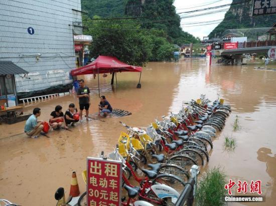 图为被洪水淹没的阳朔县城街道。 赵琳露 摄