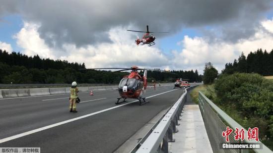 目前,发生事故的A9高速公路已经关闭,直升机抵达现场,救援伤者。
