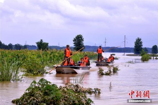 强降雨致湖北阳新16.7万人受灾 武警紧急驰援。 庄文伟 摄