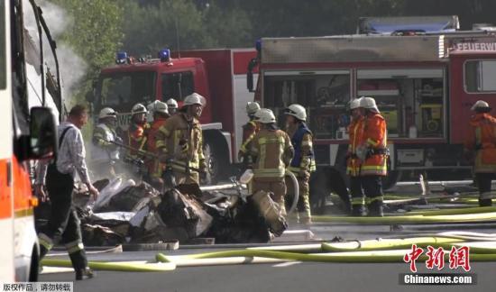 """一名警方发言人斯塔特表示,车辆已经完全被毁,失踪的17人能够生还的希望""""渺茫""""。"""