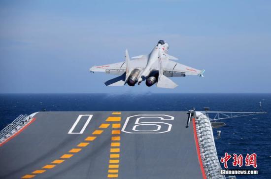 歼-15舰载战斗机从辽宁舰飞行甲板滑跃起飞。 <a target='_blank' href='http://www.chinanews.com/'>中新社</a>记者 李唐 摄