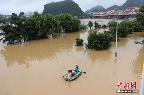 7月3日,受连日强降雨影响,广西柳州市区柳江河水位暴涨,部分沿江路段被洪水淹没。 林馨 摄