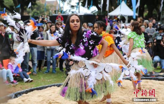 资料图:2017年7月3日,澳大利亚国家土著历史文化悉尼庆典在海德公园开幕,活动意在弘扬土著和托雷斯海峡岛民族文化。图为土著舞队在表演。 中新社记者 陶社兰 摄