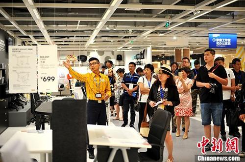 """7月3日,瑞典家具巨头宜家的哈尔滨商场举行了""""媒体率先体验日"""",这也是这个覆盖全球的家居品牌在中国的第23家商场于6日开业前的预热活动。据了解,宜家哈尔滨商场是该品牌进驻中国后最北的宜家商场,随着中国不断出台的振兴东北老工业基地相关政策,东北地区的经济开始逐渐回暖,这也是宜家家居选择哈尔滨作为中国第23家商场的""""落子点""""的重要因素。图为各个媒体代表在店内参观。 <a target='_blank' href='http://www.chinanews.com/'>中新社</a>记者 王舒 摄"""