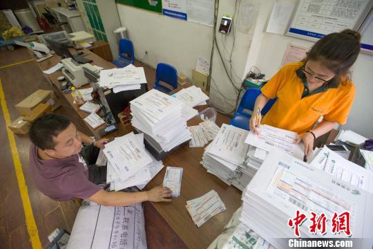 山西太原,物流业工作人员正在录入快递信息。 张云 摄