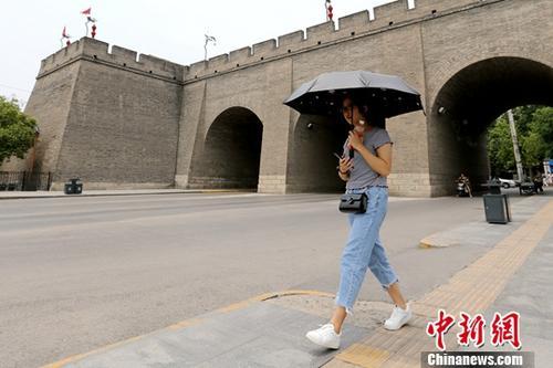 资料图:西安城墙下的市民。 中新社记者 张远 摄