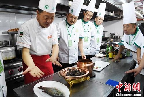 """7月3日至4日,由中国烹饪协会名厨委员会主办的中国厨艺高级技能(敦煌菜)研修班在兰州举行,敦煌菜""""掌门人""""赵长安向来自全国各地百名餐饮企业的中高级厨政管理人员、厨师长以及中餐主厨授艺。 中新社记者 杨艳敏 摄"""