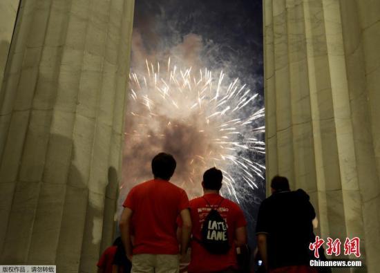 当地时间2017年7月4日,美国华盛顿,烟花在国会大厦和华盛顿纪念碑上空绽放。美国庆祝独立日,绚烂烟花点亮夜空。