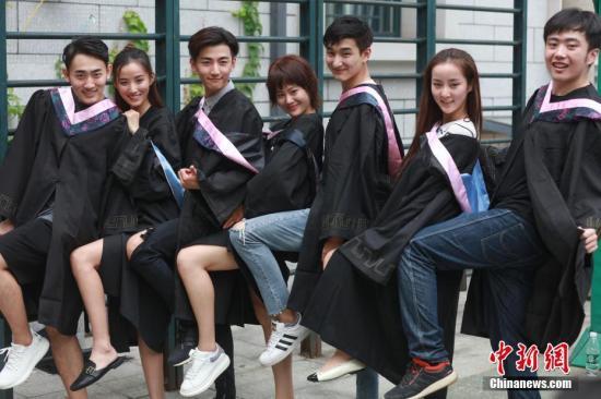 资料图:高校毕业生 中新社记者 崔楠 摄