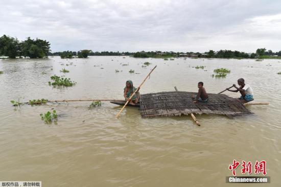 当地时间2017年7月4日,印度阿萨姆邦Morigoan区,当地雨季到来引发洪水,民众出行困难。据悉,洪水影响了阿萨姆邦13个区超35万人。