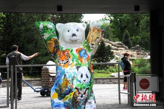 """阔别五年后,德国柏林终于再度迎来一对中国大熊猫。图为7月4日,柏林动物园入口处的吉祥物""""柏林熊""""绘上了大熊猫的图案。7月5日,来自中国的""""梦梦""""和""""娇庆""""将正式与德国公众见面。<a target='_blank' href='http://www.chinanews.com/'>中新社</a>记者 彭大伟 摄"""