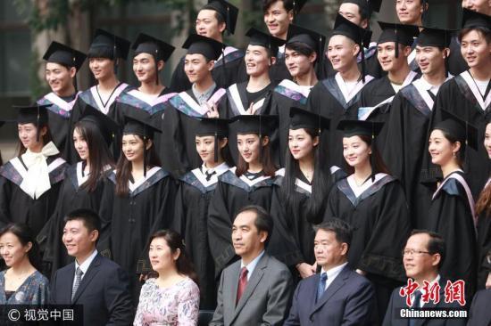 资料图:高校学生正在拍毕业照。图片来源:视觉中国