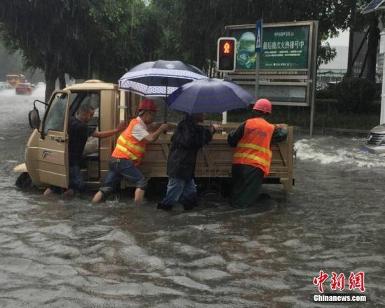 7月5日,四川绵阳市遭受持续暴雨袭击,降雨时间长雨量大,且雨情猛烈毫无消退之势,累计降雨量近100毫米,造成部分路段出现积水,以及树木倒伏、断枝和倾斜现象。赵宸跃 摄