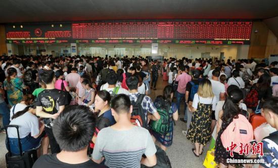 7月6日,武汉火车站开放所有售票窗口为旅客手办理退票。当日,因湖南部分地区近日持续强降雨,京广高铁汨罗东至长沙南站间产生水害,导致京广高铁武汉至广州间旅客列车停运。截止12时,武汉火车站共134趟列车停运。 <a target='_blank' href='http://www.chinanews.com/'>中新社</a>记者 赵军 摄