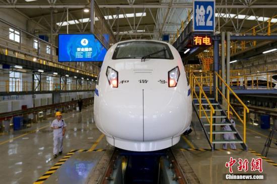 7月6日,一组CRH5G型技术提升动车组抵达西安铁路局西安北动车所。 记者 张远 摄
