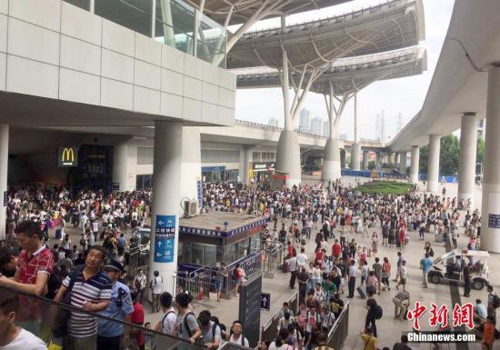 7月6日,大批旅客滞留武汉火车站。 中新社记者 赵军 摄