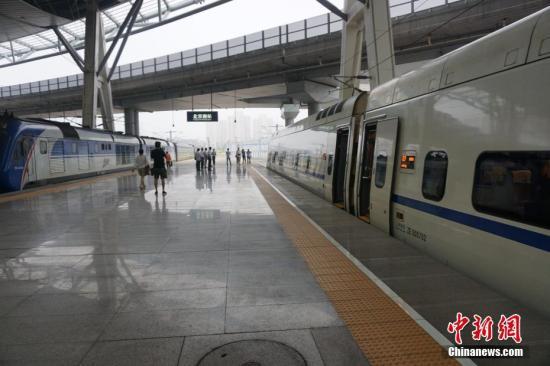 下一步,北京铁路局将根据客运市场需求,科学安排运力,提高服务供给品质,为服务雄安新区建设、推进京津冀协同发展提供铁路运输服务。 <a target='_blank' href='http://www.chinanews.com/' >中新网</a>记者 潘心怡 摄