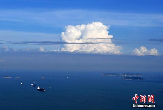 """7月6日,在""""云上厦门""""观光厅拍摄的厦金海域上空美丽的云层。张斌 摄"""