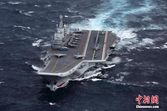 7月7日上午,正在执行跨区机动训练任务的中国人民解放军海军辽宁舰编队抵达香港,参加香港回归祖国暨中国人民解放军进驻香港二十周年庆祝活动。7时20分,辽宁舰编队进入香港特别行政区区界。9时许,辽宁舰在维多利亚海港西面锚地顺利靠泊,导弹护卫舰烟台舰、导弹驱逐舰银川舰和导弹驱逐舰济南舰3艘编队属舰,依次停靠昂船洲军营港池码头。 发 钟欣 摄