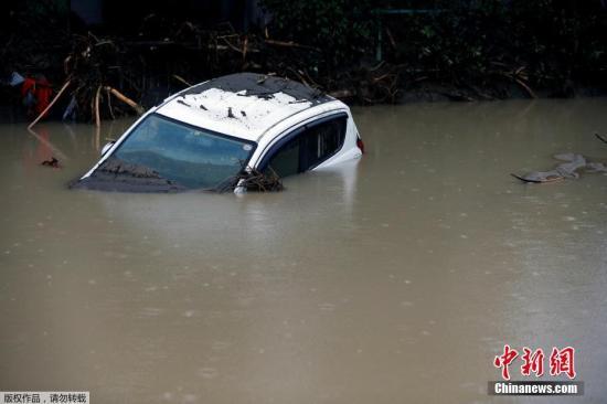 当地时间7月6日,日本九州,部分地区引发洪涝、泥石流和山体滑坡灾害。当局称约43万人被紧急转移。强降雨已经造成2人死亡和13人失踪。图为汽车被浸泡在水中。