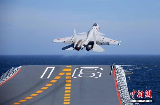 图为歼-15舰载战斗机从辽宁舰飞行甲板滑跃起飞。 <a target='_blank' href='http://www.chinanews.com/'>中新社</a>发 钟欣 摄