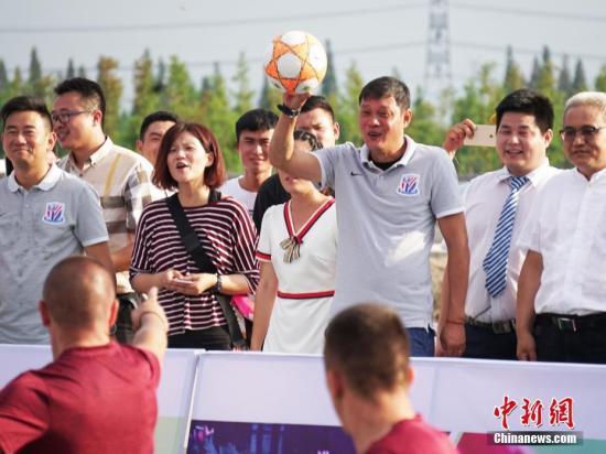 7月7日,一场趣味泥地足球赛在上海松江荷花节上呈现,中国前国足队长范志毅为该比赛开球。当日,由外国友人组成的联队与松江新浜镇的足球爱好者们进行了角逐,他们冒着酷暑在泥地里竞技,吸引众人围观。 <a target='_blank' href='http://www.chinanews.com/'>中新社</a>记者 潘索菲 摄