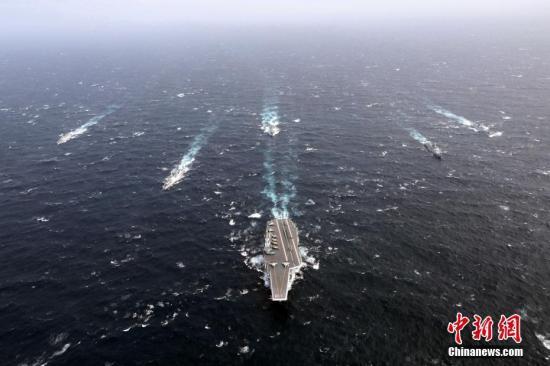 7月7日上午,正在执行跨区机动训练任务的中国人民解放军海军辽宁舰编队抵达香港,参加香港回归祖国暨中国人民解放军进驻香港二十周年庆祝活动。7时20分,辽宁舰编队进入香港特别行政区区界。9时许,辽宁舰在维多利亚海港西面锚地顺利靠泊,导弹护卫舰烟台舰、导弹驱逐舰银川舰和导弹驱逐舰济南舰3艘编队属舰,依次停靠昂船洲军营港池码头。 /p中新社发 钟欣 摄