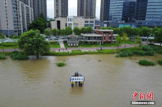 7月7日,航拍长江南京下关水文标尺。 中新社记者 泱波 摄