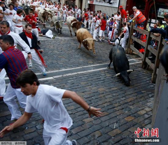 西班牙潘普洛纳奔牛节出意外 一男子受伤送医