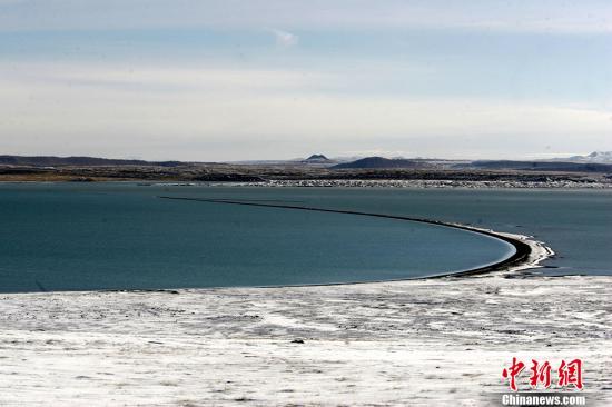 """可可西里藏语意为""""昆仑雪山之地"""",也是""""千湖之地""""。可可西里国家级自然保护区位于青海省西北部,平均海拔在4500米以上,境内栖息着藏羚羊、野牦牛、藏野驴等珍稀野生物种。据不完全统计,该地共拥有大小湖泊7000余个、古冰川255条。 图为神秘的可可西里无人区。(2006年6月28日摄) <a target='_blank' href='http://www.chinanews.com/'>中新社</a>记者 武仲林 摄"""
