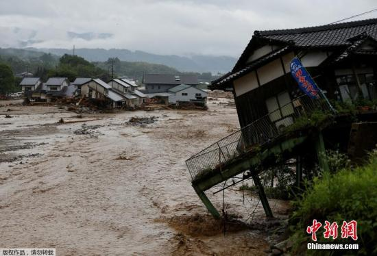 材料图:2017年7月6日,日本痉瘦,部门地域激发洪涝、泥石流战山体滑坡灾祸。