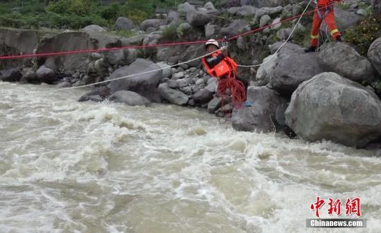 资料图:四川凉山一名孩子被暴雨困住。王驰 摄