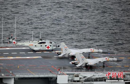 7月7日上午,中国首艘航空母舰辽宁舰编队抵达香港。当天,中国人民解放军海军16舰编队停靠香港。16舰编队主要由航母辽宁舰、导弹驱逐舰济南舰、银川舰和导弹护卫舰烟台舰组成。16舰编队在香港停留五天,期间举办香港市民及团体上舰参观活动。图为甲板上停泊的歼-15战斗机。 <a target='_blank' href='http://www.chinanews.com/'>中新社</a>记者 洪少葵 摄