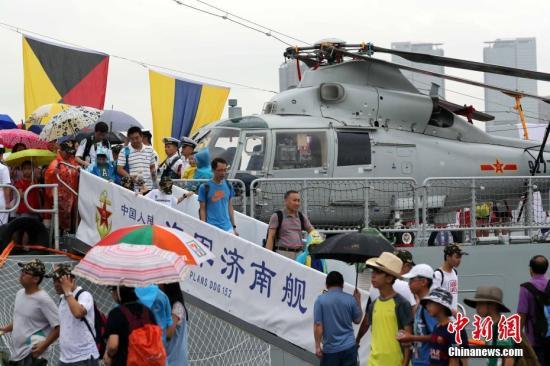 """香港市民参观""""济南""""号导弹驱逐舰。 <a target='_blank' href='http://www.chinanews.com/'>中新社</a>记者 洪少葵 摄"""