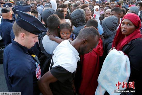 消息指出,法国政府预计将重新安置1600名难民,但最终至少有2500人被疏散。此次疏散行动是巴黎近两年来第34次类似行动。