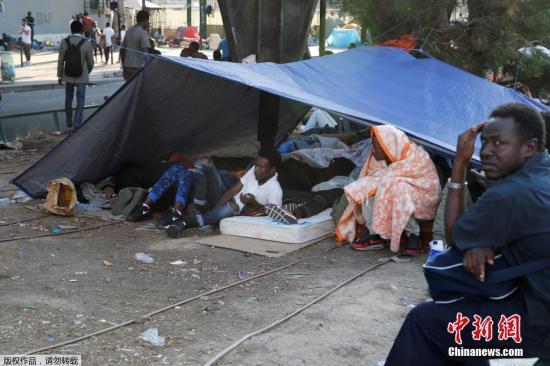 在该地区搭帐篷生活的难民们。
