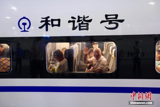 7月9日上午8时整,首趟宝兰高铁动车组列车从西安北站驶出,标志着宝兰高铁正式开通运营。 张远 摄