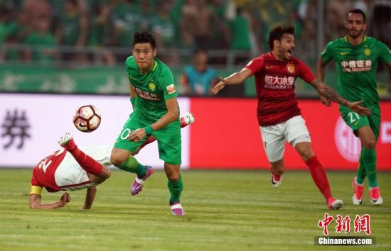 7月8日晚,中超足球联赛第十六轮比赛,北京中赫国安队(绿衣)主场2比0战胜广州恒大淘宝队。 记者 毛建军 摄
