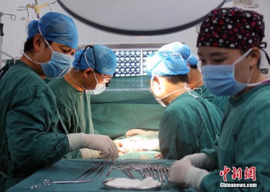 资料图:来自北京的医学专家在西藏林芝为当地包虫病患者进行筛查以及手术救治。<a target='_blank' href='http://www.chinanews.com/'>中新社</a>记者 任海霞 摄