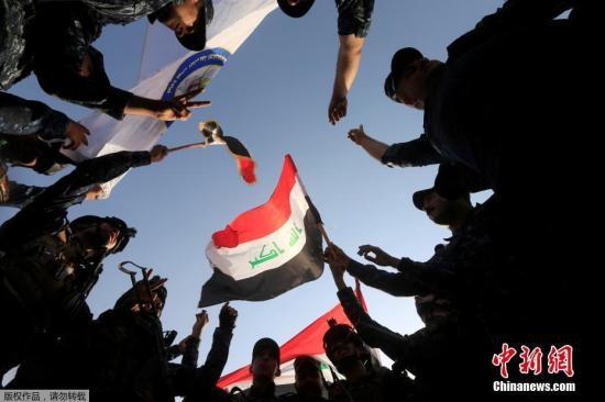 """当地时间7月9日,伊军士兵在摩苏尔西部庆祝解放摩苏尔战役成功。这座自2014年6月起就被极端组织""""伊斯兰国""""占据的伊拉克第二大城市,在3年后终获解放。夺回这座北部重镇,标志着IS在伊拉克""""永远终结"""""""