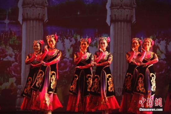 """当地时间7月9日晚,多伦多华星艺术团主办的""""文化中国·华星闪耀——夏夜舞动民族风 庆祝香港回归20周年大型专场歌舞晚会""""在大多伦多地区列治文山市举行。多伦多华星艺术团及枫彩艺术团、加拿大维也纳艺术中心、红枫晚霞多元文化协会等当地侨界艺术团体共同奉献了一场洋溢着""""中国风""""的歌舞盛宴。图为舞蹈《天山姑娘》。 /p中新社记者 余瑞冬 摄"""
