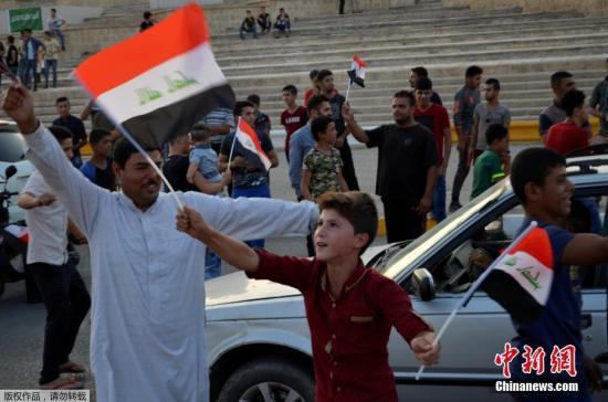 图为摩苏尔民众走上街头,庆祝胜利。