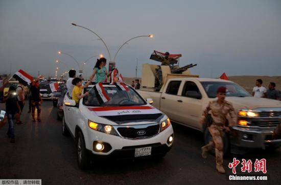 伊拉克总理宣布成功收复摩苏尔。图为摩苏尔民众走上街头,庆祝胜利。