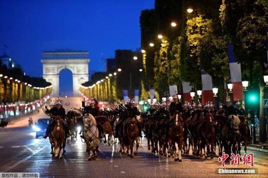 当地时间7月10日,法国即将迎来国庆日阅兵式,各参阅部队士兵在巴黎香榭丽舍大道抓紧时间进行彩排。图为法国军乐队骑马参加彩排。
