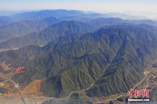 航拍江西铅山县境内的武夷山山脉(资料图)。丁铭华 摄