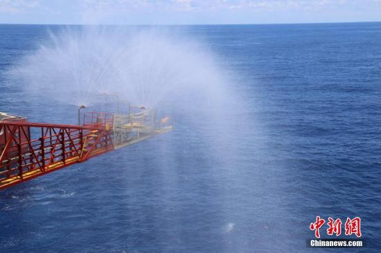 资料图:我国首次海域可燃冰试采结束并关井。图为通道阀门被关闭。中新社记者 朱夏 摄