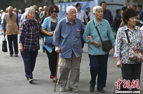 资料图:退休人员参加活动。 <a target='_blank' href='http://www.chinanews.com/'>中新社</a>记者 泱波 摄